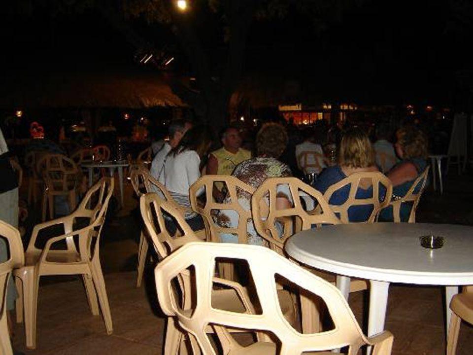 Alors que la nuit est tombée l'animation du restaurant du soir commence