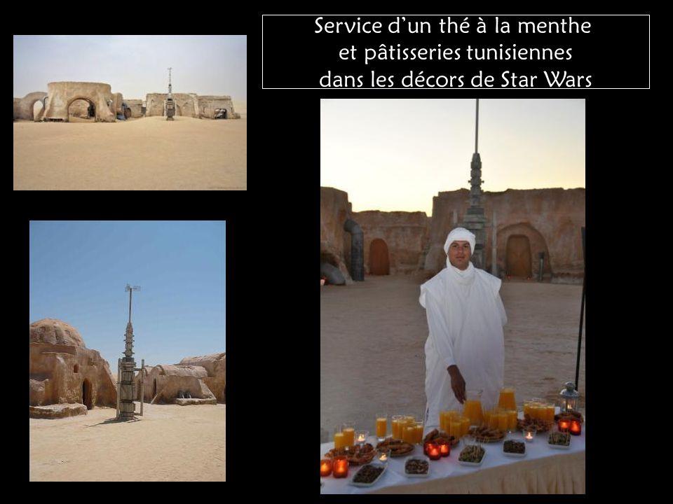Service d'un thé à la menthe et pâtisseries tunisiennes dans les décors de Star Wars
