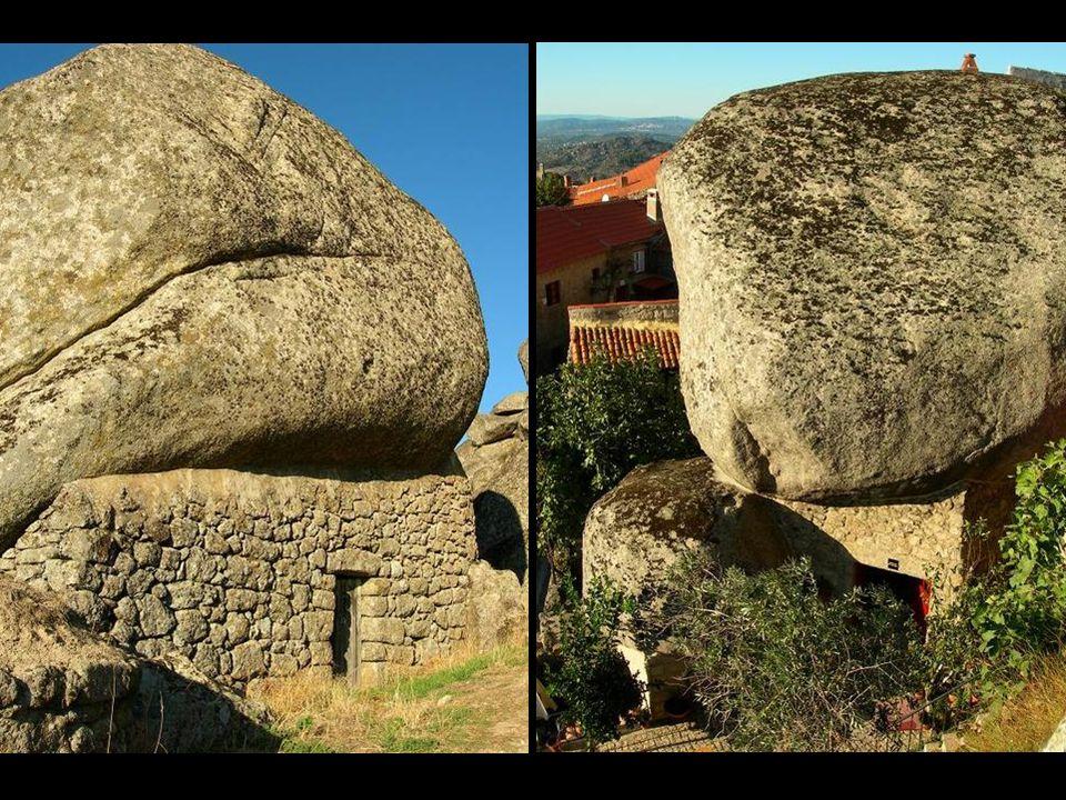Les maisons s étendent sur une côte, mettant à profit des pierres en granit pour leurs murs et, dans quelques cas, un bloc unique de pierre forme le toit, raison pour laquelle, ici, on dit que les maisons sont d'une seule tuile.