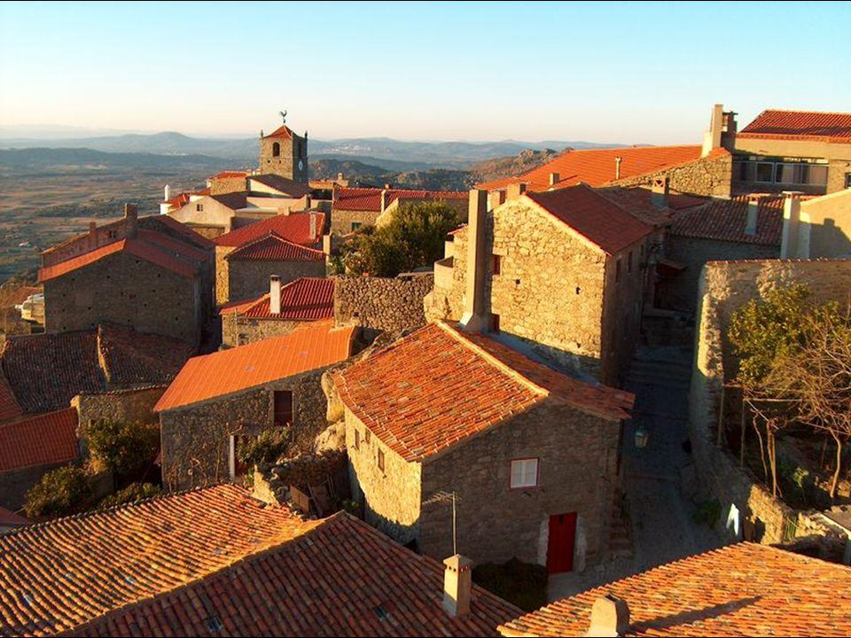 Entre les maisons domine la Tour de Lucano (XIVe siècle), couronnée par un coq en argent, trophée attribué à Monsanto dans un concours national célébr