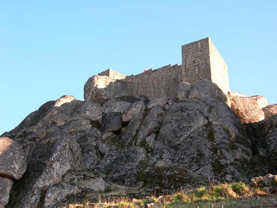 Son aspect n'a pas changé depuis des siècles, avec ses ruelles taillées dans la roche. Certaines des maisons de granit aux façades de style manuélin e