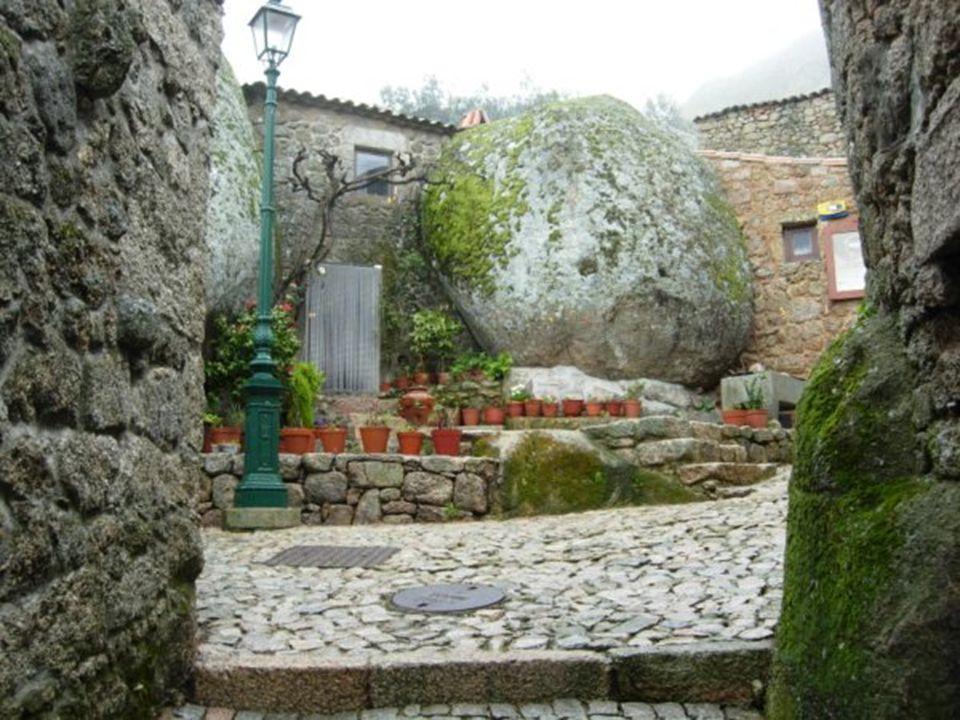 Au sud-est de Serra da Estrela se trouve le charmant Monsanto, un village ancien fortifié sur le versant d'une montagne. Avec des maisons accrochées e