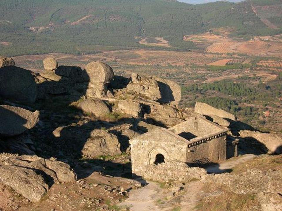 Près du château se trouvent les ruines d'une chapelle romane, s'ajoutant à la belle atmosphère obsessionante.