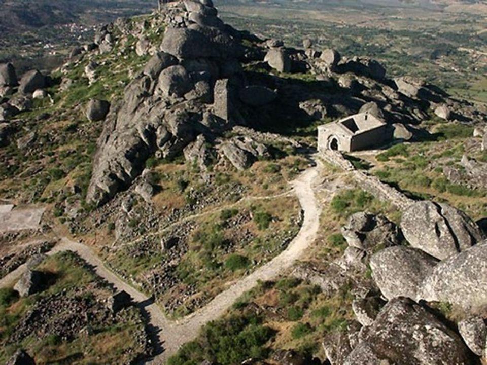 La difficile montée jusqu'au château se trouve compensée par un des miradors les plus spectaculaires de la région.