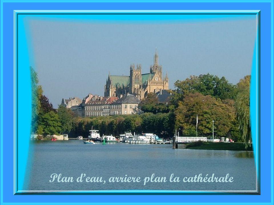 Plan d'eau, arriere plan la cathédrale