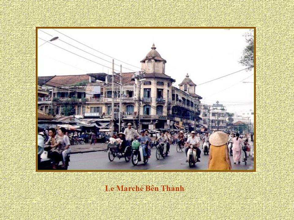 L'Hôtel « Rex » est un hôtel haut de gamme de Hô Chi Minh Ville. Pendant la guerre, il était le Q.G des officiers américains célibataires et les abord