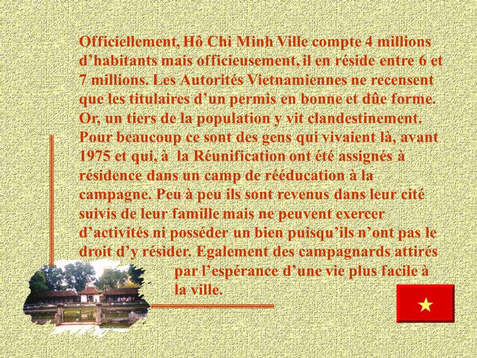 Voici le logement de cette famille Vietnamienne depuis le nouveau régime. Cet ancien proviseur est assigné à résidence, il ne peut aller dormir hors d