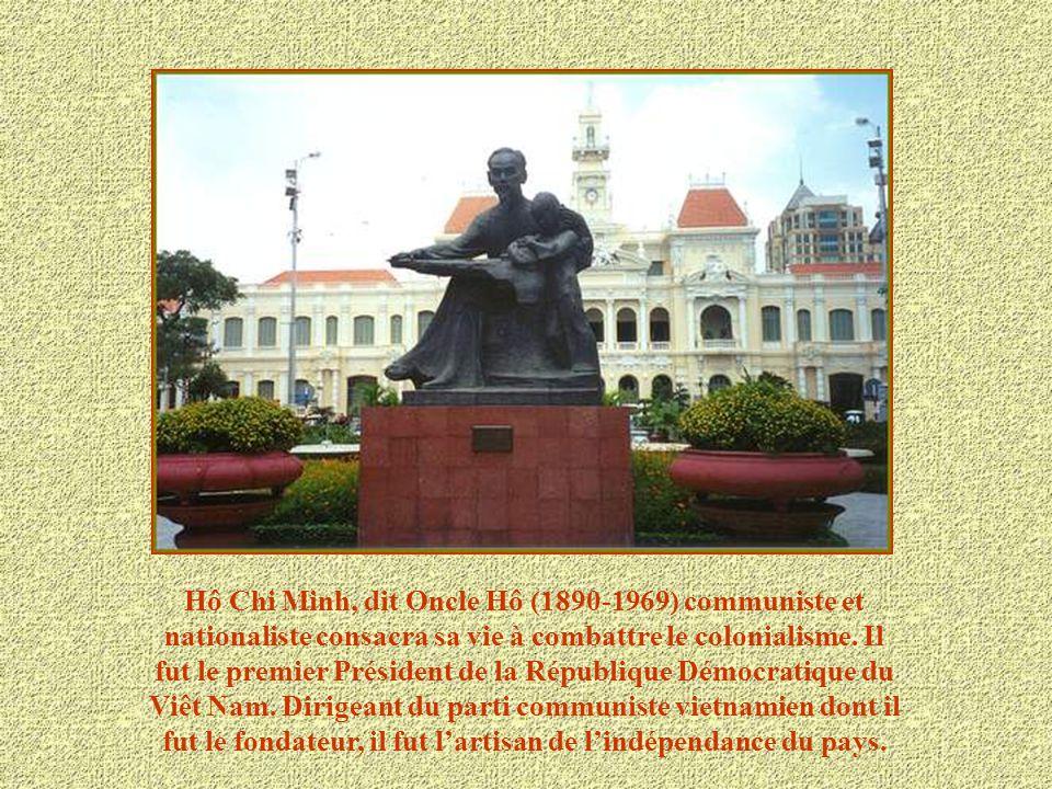 Hô Chi Minh-Ville est le centre vivant du Sud du Vietnam. De nombreux bâtiments évoquent la présence coloniale française. Cest à la fois la première v