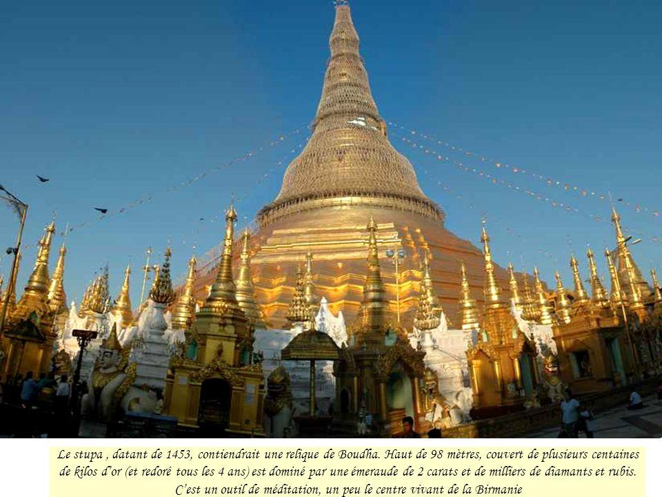 •Une forêt de temples (payas), pagodons, au sommet de trois longs escaliers, disposés •autour de l'axe circulaire du stupa central, comme pour le préserver.