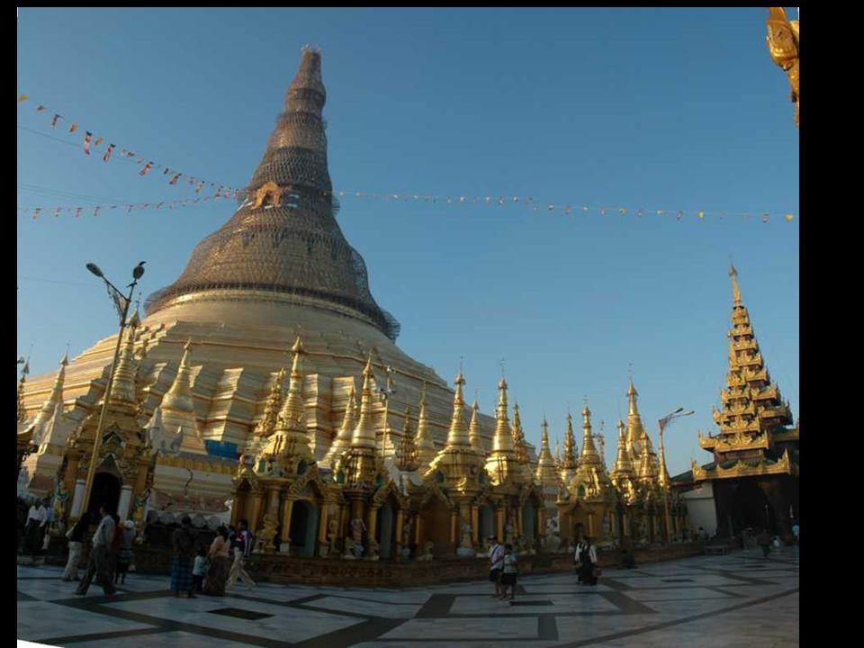 Le stupa, datant de 1453, contiendrait une relique de Boudha.