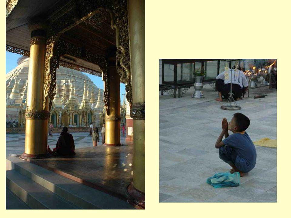 Il y y aussi les servantes du Shwedagon qui veillent à l'entretien dans l'ombre des Nats, balayent, déroulent des tapis, trient les fleurs, etc.