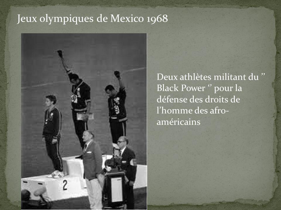 Deux athlètes militant du '' Black Power '' pour la défense des droits de l'homme des afro- américains Jeux olympiques de Mexico 1968