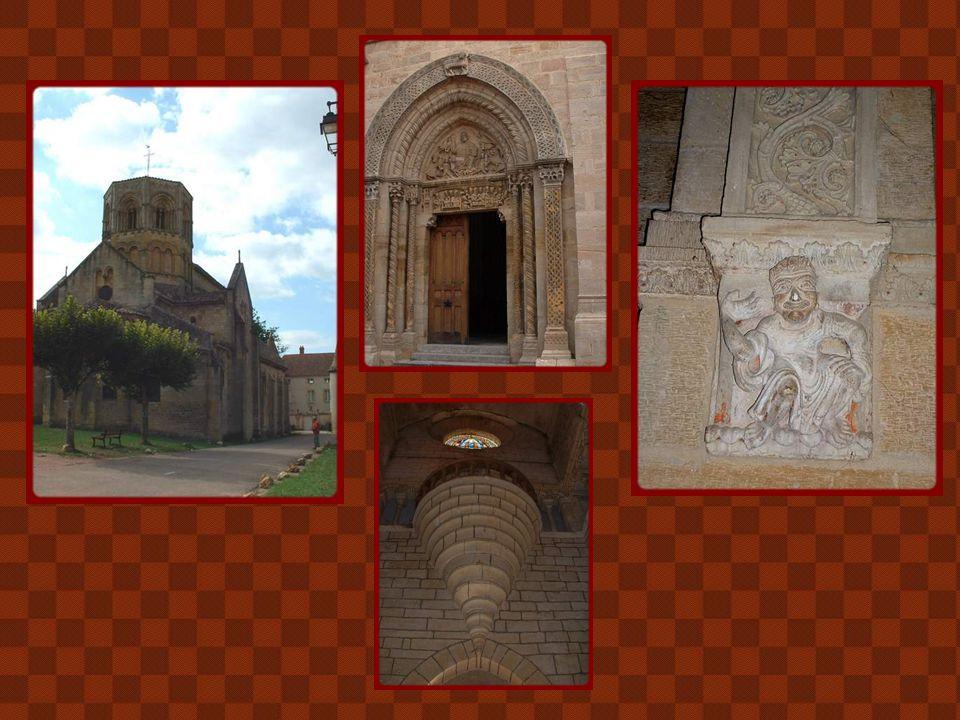C'est à Semur-en-Brionnais que naquit Saint- Hugues, célèbre abbé de Cluny, élu en 1049. L'église Saint-Hilaire fut édifiée vers le milieu du XIIe siè