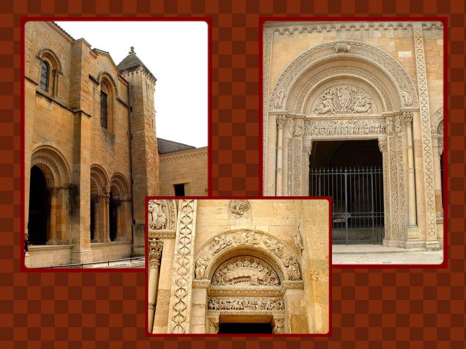 Fondé à l'époque carolingienne, le monastère de Charlieu fut rattaché à Cluny dès le Xe siècle et agrandi au XIe. De l'église romane vendue comme bien