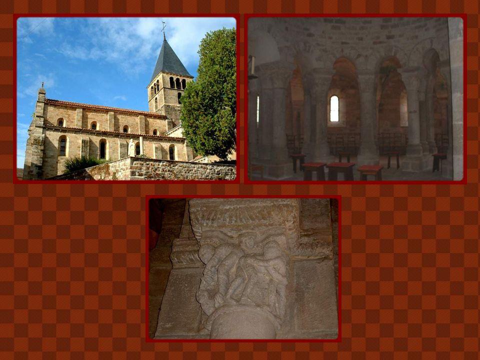 Construite à la fin du XIe siècle, l'église de Bois-Sainte-Marie est l'une des plus importante du Brionnais. Elle est la seule à se parer d'un élégant