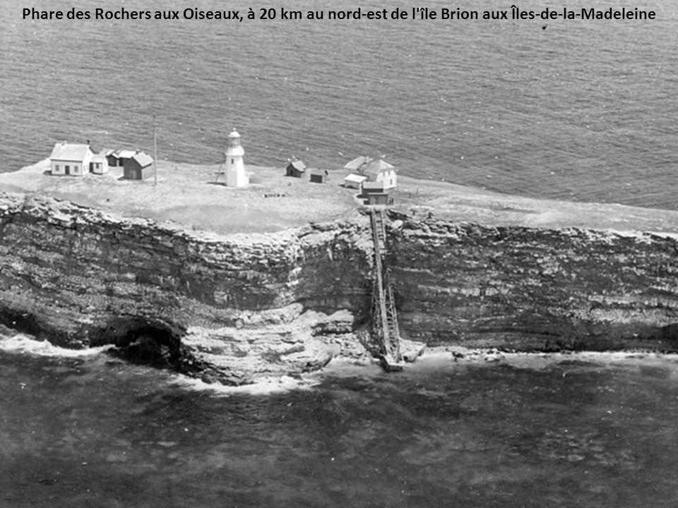 Rocher aux Oiseaux, vu de l'Île Brion, au nord des Îles-de-la-Madeleine.