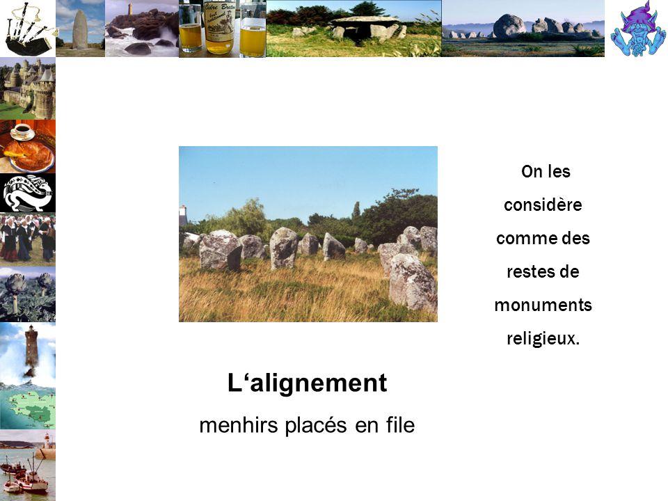 L'alignement menhirs placés en file On les considère comme des restes de monuments religieux.
