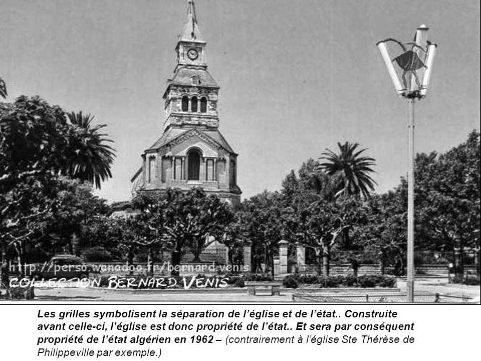 Les grilles symbolisent la séparation de l'église et de l'état.. Construite avant celle-ci, l'église est donc propriété de l'état.. Et sera par conséq
