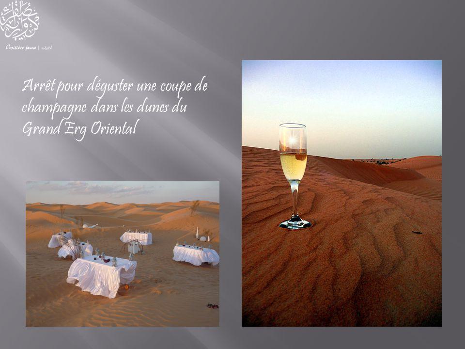 Arrêt pour déguster une coupe de champagne dans les dunes du Grand Erg Oriental