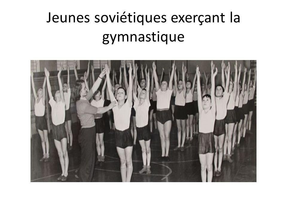 Jeunes soviétiques exerçant la gymnastique