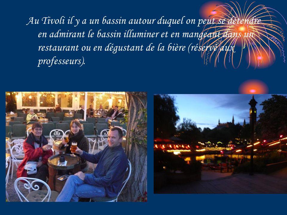 Au Tivoli il y a un bassin autour duquel on peut se détendre en admirant le bassin illuminer et en mangeant dans un restaurant ou en dégustant de la bière (réservé aux professeurs).