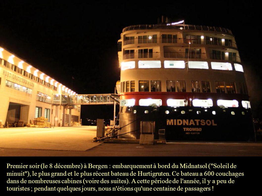 22h30 : le Midnatsol commence à appareiller. Le voyage de 7 jours commence.