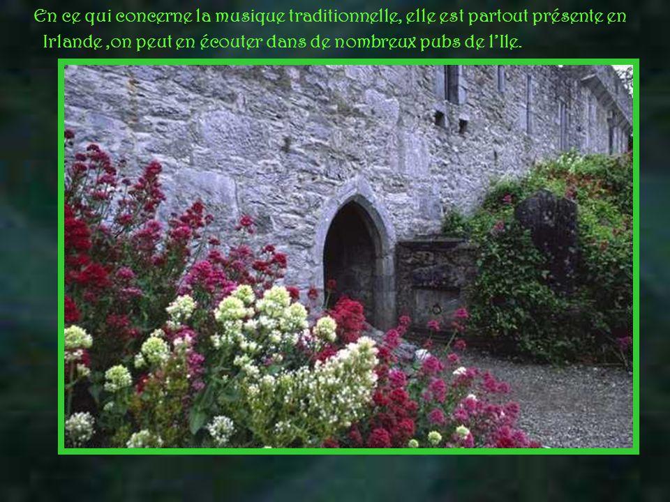 En ce qui concerne la musique traditionnelle, elle est partout présente en Irlande,on peut en écouter dans de nombreux pubs de l'Ile.