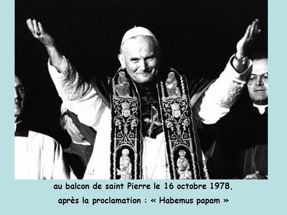 au balcon de saint Pierre le 16 octobre 1978, après la proclamation : « Habemus papam »