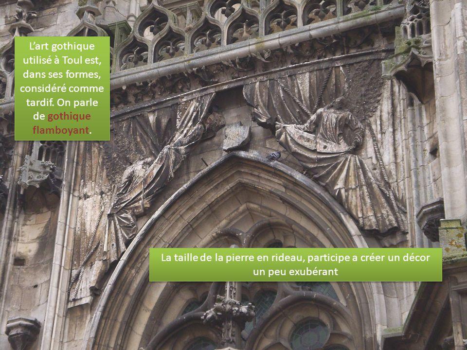 L'art gothique utilisé à Toul est, dans ses formes, considéré comme tardif.