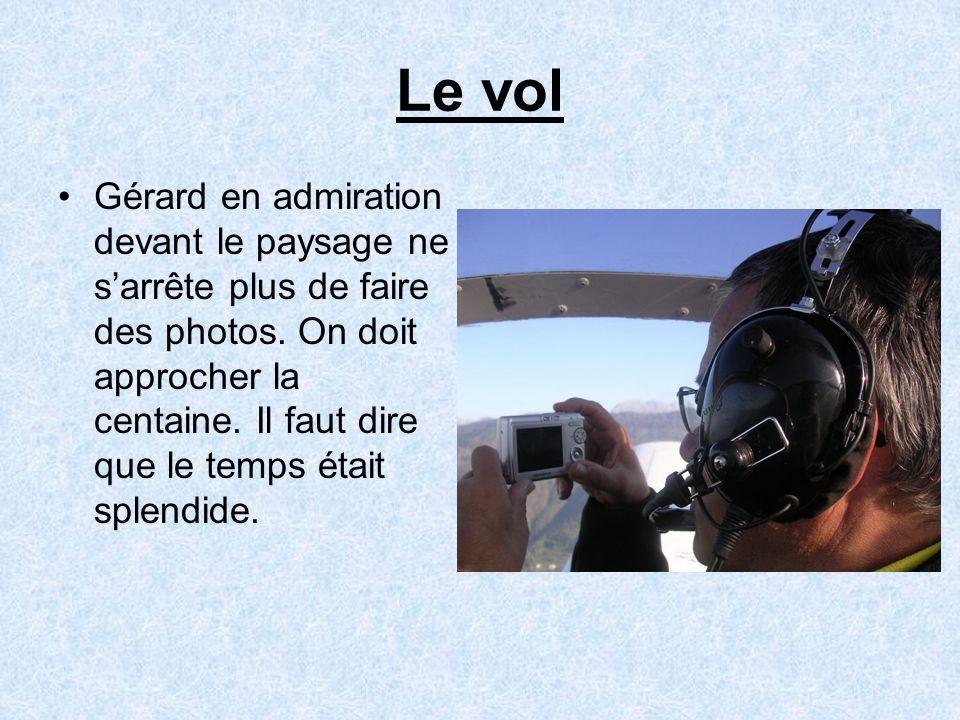 Le vol •Gérard en admiration devant le paysage ne s'arrête plus de faire des photos.