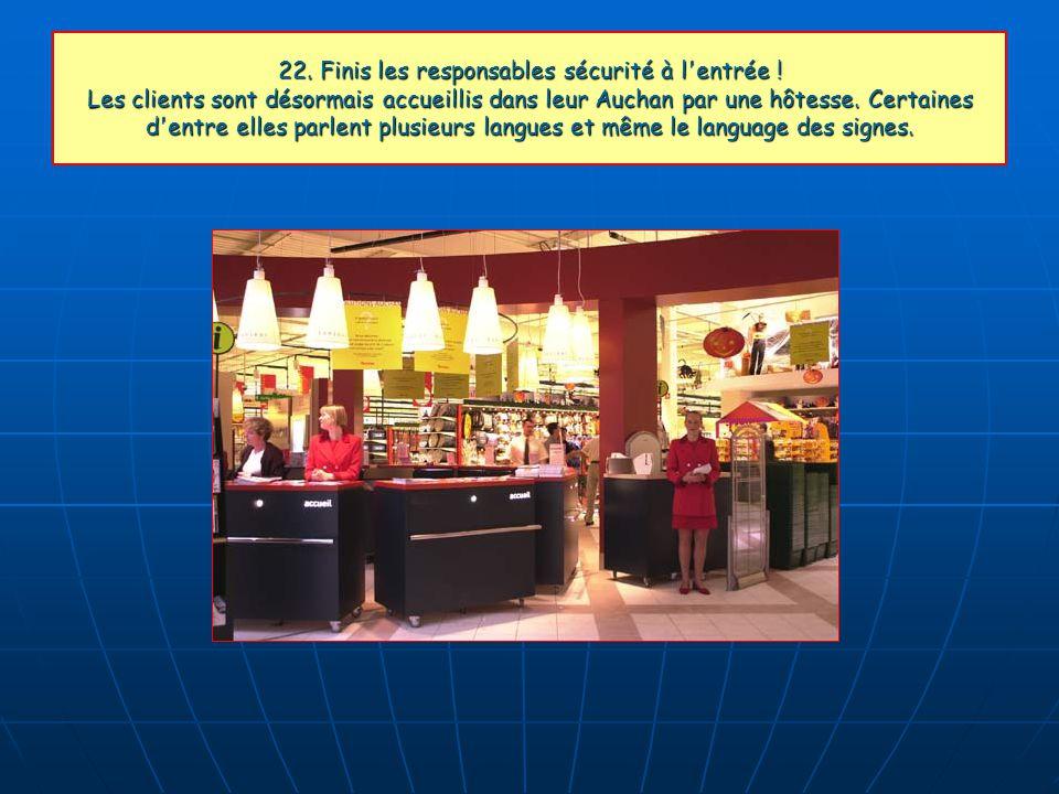 22. Finis les responsables sécurité à l'entrée ! Les clients sont désormais accueillis dans leur Auchan par une hôtesse. Certaines d'entre elles parle
