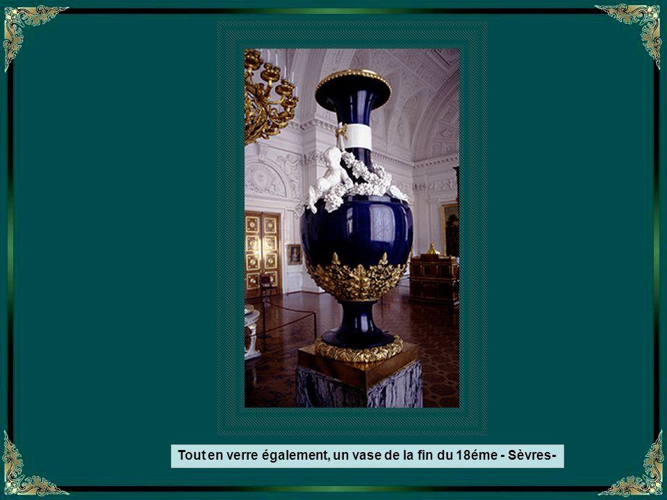 Tout en verre, le vase de Kolivan pèse plus de 18 tonnes