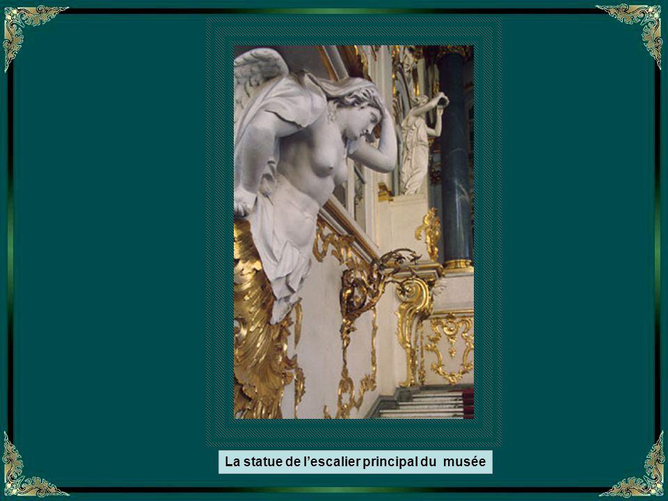 L'escalier principal du Palace de Inverno – En marbre fragmenté -