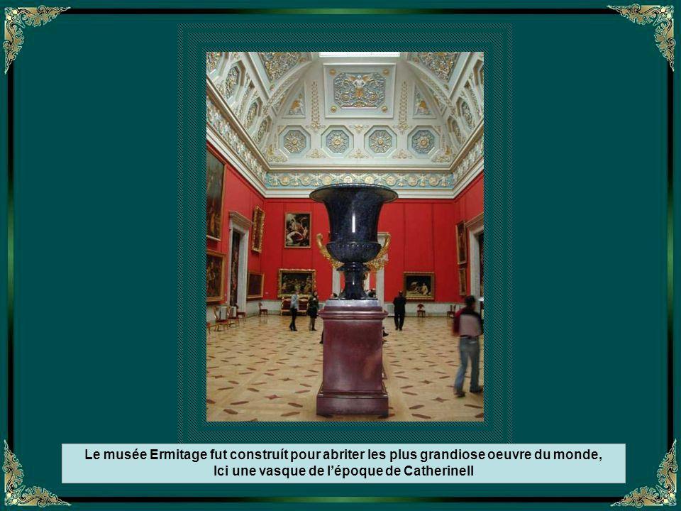 Le musée Ermitage fut construít pour abriter les plus grandiose oeuvre du monde, Ici une vasque de l'époque de CatherineII