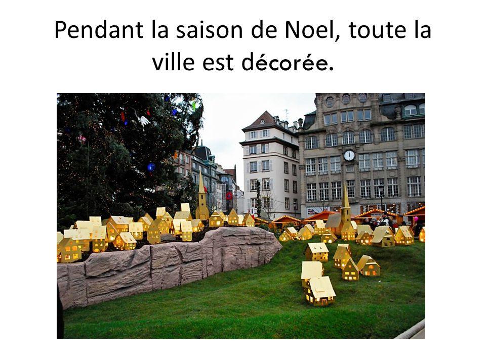 Pendant la saison de Noel, toute la ville est d écorée.