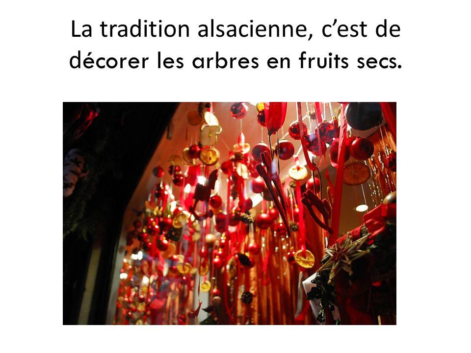 La tradition alsacienne, c'est de d écorer les arbres en fruits secs.