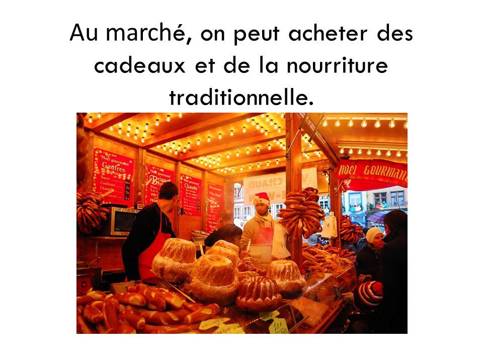 Au march é, on peut acheter des cadeaux et de la nourriture traditionnelle.