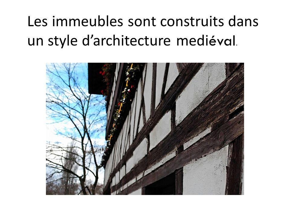 Les immeubles sont construits dans un style d'architecture medi éval.