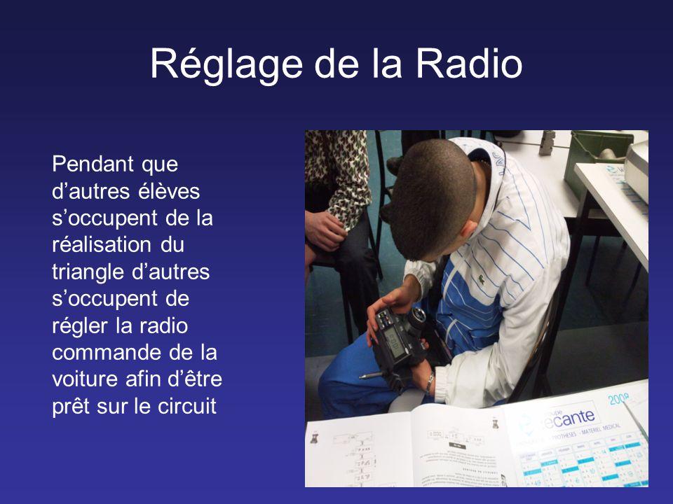 Réglage de la Radio Pendant que d'autres élèves s'occupent de la réalisation du triangle d'autres s'occupent de régler la radio commande de la voiture