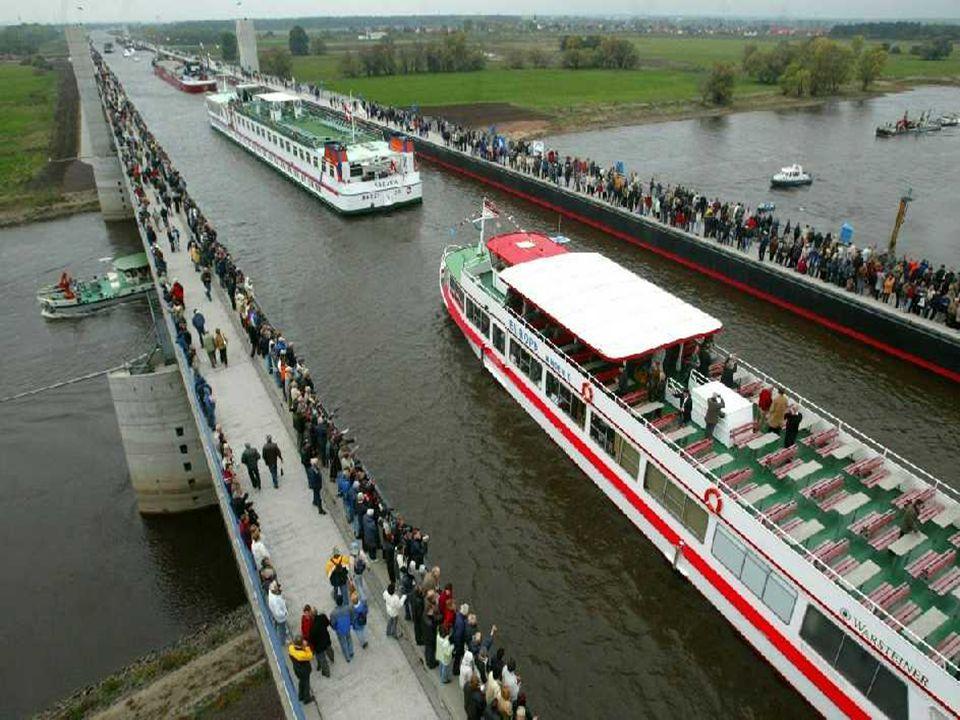 Pont d'eau en Allemagne Ce pont a été conçu pour supporter le poids de l'eau seulement.