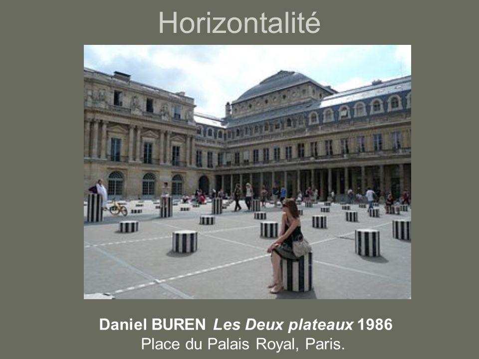 Horizontalité Daniel BUREN Les Deux plateaux 1986 Place du Palais Royal, Paris.