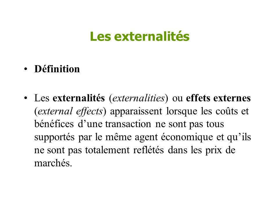 Les externalités •Il existe aussi des effets, non reliées à un échange marchand direct, mais à forte dimension sociale, qui peuvent être assimilés à des externalités : •Exemples d'externalités 'hors marchés' : •Je brûle un feu rouge (-) •Je fume dans un restaurant (-) •Je me fais vacciner (+) •…•…