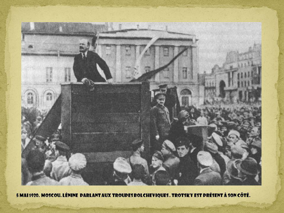 6 Décembre 1914. MEXIQUE D.F. Francisco Villa et Emiliano Zapata dans le fauteuil présidentiel.