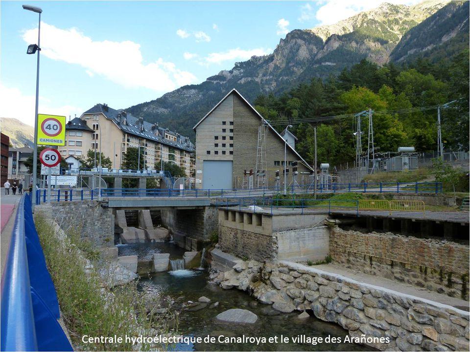 Centrale hydroélectrique de Canalroya et le village des Arañones