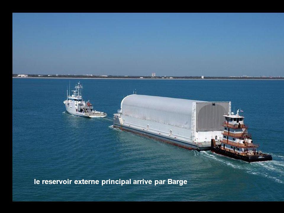 le reservoir externe principal arrive par Barge