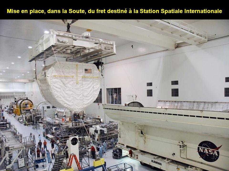 Mise en place, dans la Soute, du fret destiné à la Station Spatiale Internationale