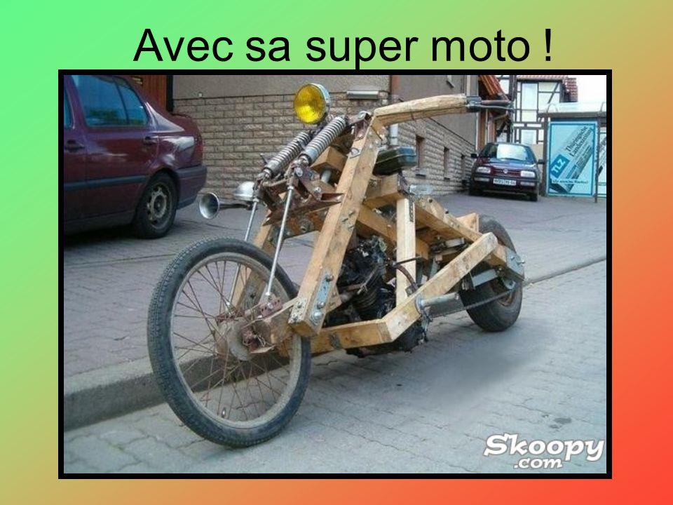 Avec sa super moto !