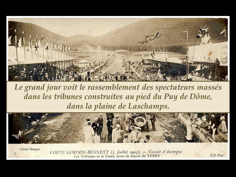 Le grand jour voit le rassemblement des spectateurs massés dans les tribunes construites au pied du Puy de Dôme, dans la plaine de Laschamps.