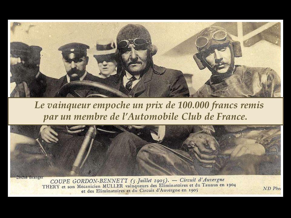 Le vainqueur empoche un prix de 100.000 francs remis par un membre de l'Automobile Club de France.