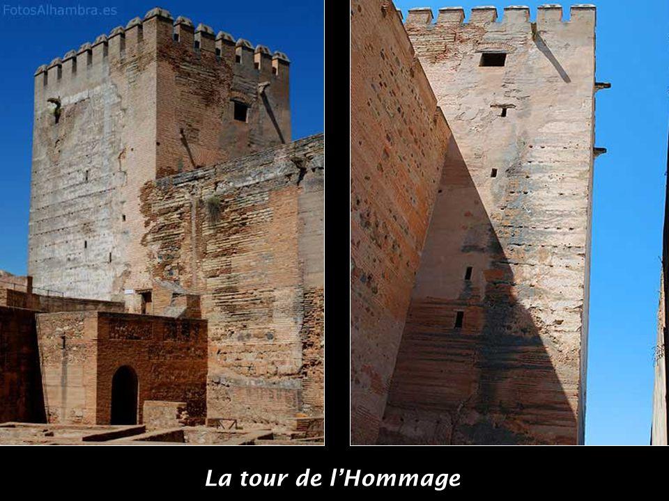 La tour de la Justice est l'entrée d'origine de l'Alhambra, construite par Yusuf I en1348